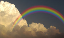 Monsun-Regenwolken des Regenbogens stürmische stockbild