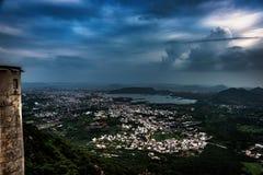 Monsun-Wolken über Udaipur stockfotos