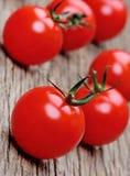 Montão da cereja do tomate na tabela rústica Imagem de Stock
