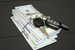 Montão da chave do dinheiro e do carro imagens de stock royalty free