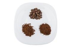 Montão da grão, da terra e do café instantâneo na placa Foto de Stock Royalty Free
