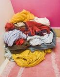 Montão da roupa colorida imagens de stock