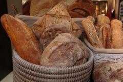 Montão da variedade de Rolls do pão e do naco francês dentro de Bas de vime Fotografia de Stock Royalty Free