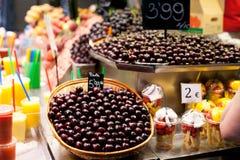 Montão das cerejas no mercado de Boqueria do La em Barcelona, Espanha imagens de stock royalty free