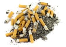 Montão das cinzas e das pontas de cigarro imagens de stock