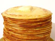 Montão das panquecas com parte da aproximação amigável de manteiga Imagens de Stock