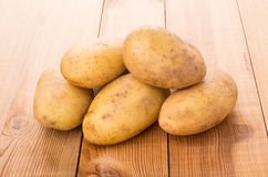 Montão de batatas lavadas cruas na tabela Imagens de Stock