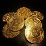 Montão de bitcoins dourados Fotos de Stock Royalty Free