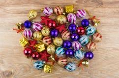Montão de bolas do Natal, de caixas de cartão e de sinos na tabela Fotografia de Stock