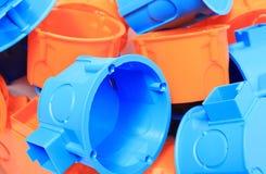 Montão de caixas elétricas alaranjadas e azuis foto de stock royalty free