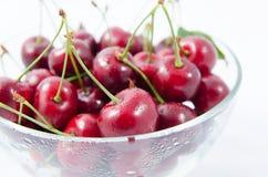 Montão de cerejas doces em uma bacia de vidro Imagens de Stock Royalty Free