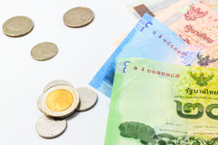Montão de contas e de moeda do baht tailandês Fotos de Stock Royalty Free