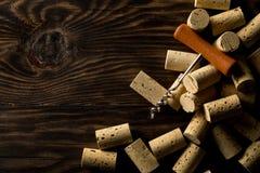Montão de cortiça naturais não utilizadas, novas, marrons do vinho com corkscrew sobre Fotos de Stock Royalty Free