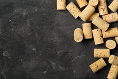 Montão de cortiça naturais não utilizadas, novas, marrons do vinho na boa de madeira escura Fotografia de Stock