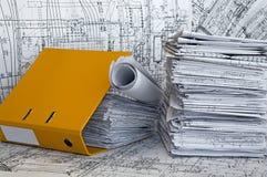 Montão de desenhos do projeto no dobrador amarelo. Fotografia de Stock