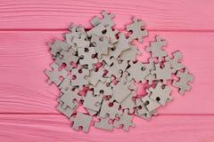 Montão de enigmas de serra de vaivém no fundo de madeira Imagem de Stock Royalty Free