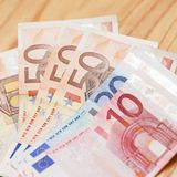 Montão de euro- cédulas em uma tabela de madeira Foto de Stock Royalty Free