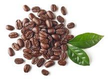 Montão de feijões e das folhas roasted de café fotos de stock royalty free