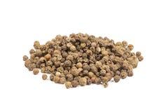 Montão de grãos de pimenta verdes, pimenta verde isolada Foto de Stock