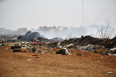 Montão de lixo ardente do fumo de uma pilha ardente do lixo em senegal Imagem de Stock Royalty Free