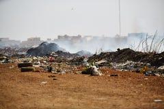 Montão de lixo ardente do fumo de uma pilha ardente do lixo em senegal Imagem de Stock