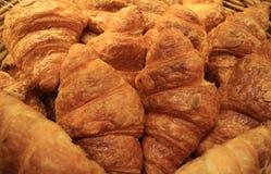 Montão de pastelarias mouthwatering cozidas frescas do croissant da amêndoa na loja da padaria imagem de stock royalty free