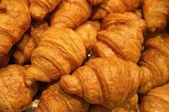 Montão de pastelarias mouthwatering cozidas frescas do croissant da manteiga fotos de stock