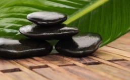 Montão de pedras quentes dos termas no fundo de madeira Imagens de Stock Royalty Free