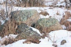 Montão de pedras velhas no banco Imagem de Stock Royalty Free