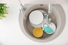 Montão de pratos sujos na banca da cozinha imagens de stock