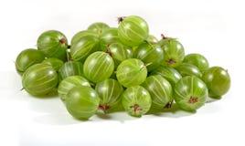 Montão do fim verde fresco da groselha acima em um branco Fotografia de Stock