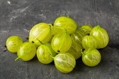 Montão do fruto verde colhido maduro, fresco da groselha Fotografia de Stock Royalty Free