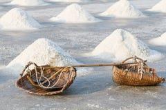 Montão do sal no campo de sal antes da colheita Fotografia de Stock
