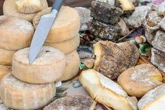 Montão do vário queijo maduro envelhecido do ofício no contador nos fazendeiros favoravelmente exteriores Produto de leite natura imagem de stock