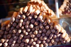 Montão do wurstel pronto para ser cozinhado em um banquete no mercado foto de stock