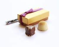 Montão dos chocolates com giftbox no fundo branco Imagens de Stock Royalty Free