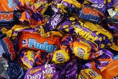 Montão dos doces de Cadbury Fotos de Stock