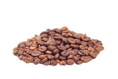 Montão dos feijões de café isolados no fundo branco Fotografia de Stock