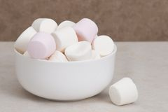 Montão dos marshmallows na bacia branca fotografia de stock royalty free