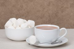 Montão dos marshmallows na bacia branca Bebida do chocolate quente imagens de stock royalty free