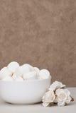 Montão dos marshmallows na bacia branca Rosas de papel fotos de stock royalty free