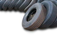 Montão dos pneus no fundo branco, pneus usados Foto de Stock