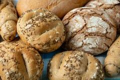 Montão dos vários rolos de pão polvilhados imagens de stock