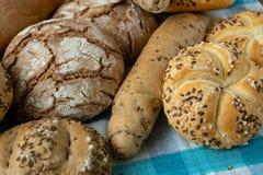 Montão dos vários rolos de pão polvilhados fotografia de stock