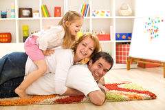 Montão feliz da família - pais e um miúdo que tem o divertimento imagens de stock