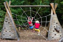 Montée d'enfants sur le terrain de jeu de cour d'école Image libre de droits