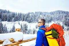 Montée d'hiver jusqu'au dessus de la montagne avec un sac à dos Photos libres de droits