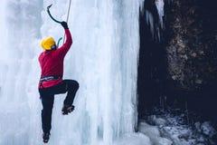 Montées de grimpeur sur la glace Photo stock