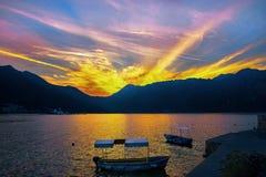 Monténégro, baie de Kotor, coucher du soleil dans les montagnes, église, automne tôt Photographie stock libre de droits