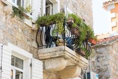 Monténégro : Balcon de fleur dans le vieux Budva Image stock